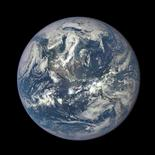 Imagen cedida a Reuters por la Nasa de la Tierra, capturada con la Cámara de Imágenes Policromaticas Terrestres. Un asteroide de más de 600 metros de ancho pasará cerca de la Tierra el miércoles, a una distancia de 1,8 millones de kilómetros, aunque no existe la posibilidad de un impacto, según científicos de la NASA.    REUTERS/NASA/Handout via Reuters/File Photo