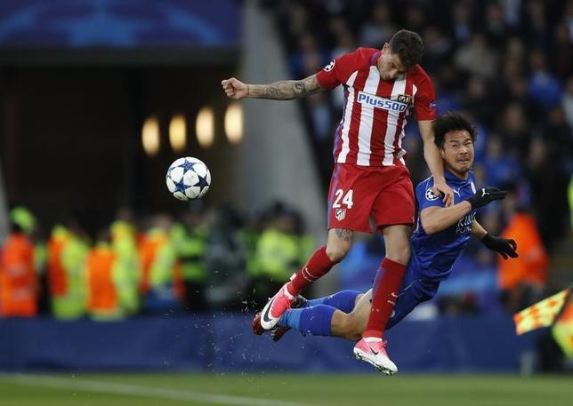 4月18日、サッカーの欧州チャンピオンズリーグ(CL)は各地で準々決勝第2戦を行い、岡崎慎司(右)が所属のレスター(イングランド)はアトレチコ・マドリード(スペイン)と1─1で引き分け。2戦合計1─2で敗退した(2017年 ロイター)