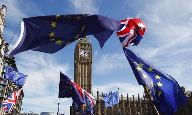 4月18日、欧州連合(EU)は、6月8日の英国の総選挙実施について、EU離脱(ブレグジット)を推し進めるメイ首相の国内基盤強化につながるとして歓迎する姿勢を表明した。写真は英国とEUの旗、ロンドン市内で3月撮影(2017年 ロイター/Peter Nicholls)