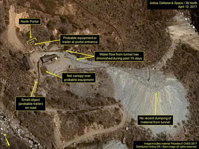 4月18日、北朝鮮北東部の豊渓里にある核実験場の様子を16日に映した衛星画像に、米朝間の緊張の高まりから予想された地下核実験の準備風景ではなく、バレーボールに興じる人々の姿が映されていたことが分かり、核実験が近いとみている米国の専門家の間に驚きが広がった。提供写真は12日撮影の豊渓里衛星画像(2017年 ロイター/Courtesy Airbus Defense & Space and 38 North)