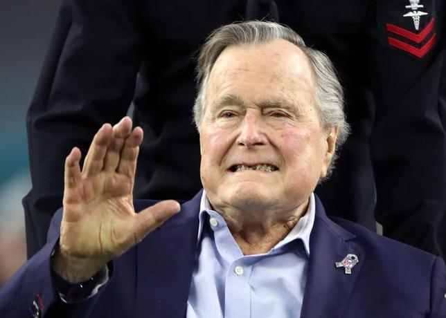 4月18日、ジョージ・H・W・ブッシュ元米大統領(92、父)が、軽い肺炎の治療のため、米テキサス州ヒューストンの病院に入院していることがわかった。写真はスーパーボールのコイントスを行うためスタジアムに到着した同氏。2月にテキサス州ヒューストンで撮影(2017年 ロイター/Adrees Latif)