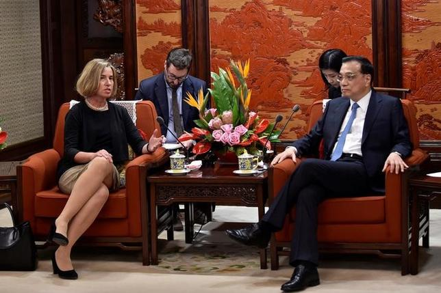4月19日、中国の李克強首相(写真右)はEUに対し、双方が経済のグローバル化や自由貿易における「前向きなシグナル」を拡大させるべきだとの見解を示した。写真は18日、EUのモゲリーニ外交安全保障上級代表(写真左)との会合で撮影(2017年 ロイター/Kenzaburo Fukuhara)