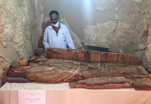 エジプトで3000年前の裁判官の墓発見、多くの副葬品も