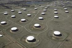 En la imagen de archivo, una vista aérea de tanques de almacenamiento de crudo en el centro Cushing, en EEUU.  Los inventarios de crudo en Estados Unidos bajaron la semana pasada ante una mayor actividad en las refinerías, mientras que las existencias de gasolina aumentaron y los inventarios de destilados declinaron, informó el miércoles la Administración de Información de Energía (EIA, por su sigla en inglés). REUTERS/Nick Oxford/File Photo
