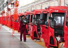 Una empleada trabaja en la línea de ensamble de una fábrica en Fuyang, en la provincia de Anhui, en China, April 17, 2017. China buscará reducir la carga impositiva de las empresas en un total de 380.000 millones de yuanes (55.190 millones de dólares) este año para impulsar el crecimiento de la economía, dijo el miércoles el gabinete de ministros. China Daily/via REUTERS ATENCIÓN EDITORES: ESTA IMAGEN FUE PROVISTA POR UN TERCERO. SÓLO PARA USO EDITORIAL FUERA DE CHINA.
