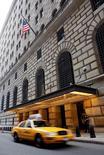 La sede de la Reserva Federal de Nueva York, sep 14, 2008. Una medición de cuán iluminada luce China durante la noche podría ofrecer un panorama más preciso sobre el estado de la segunda mayor economía del mundo, según dijo el miércoles la Reserva Federal de Nueva York en un blog.   REUTERS/Chip East/File Photo