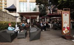 Imagen de archivo de unos clientes en un café Juan Valdéz al norte de Bogotá, ago 28, 2013. La confianza de los consumidores en Colombia se recuperó con moderación en marzo con respecto al mes previo, pero se mantuvo en terreno negativo en un reflejo de los recientes datos adversos de la demanda interna, reveló el miércoles la firma de estudios económicos Fedesarrollo.      REUTERS/Jose Miguel Gomez