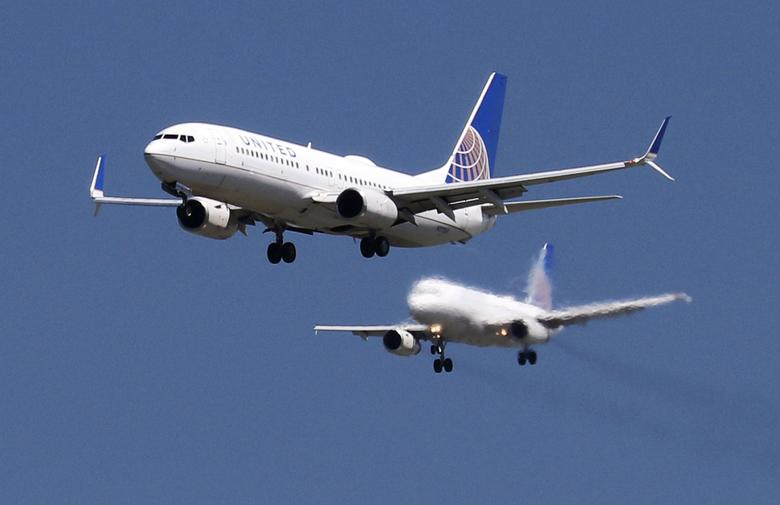FILE PHOTO: A United Airlines Boeing 737-800 and United Airlines A320 Airbus on seen approach to San Francisco International Airport, San Francisco, California, April 14, 2015.   REUTERS/Louis Nastro/File Photo