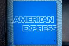 Imagen de archivo del logo de American Express. American Express Co reportó el miércoles ganancias mayores a las esperadas en el primer trimestre gracias en parte a un mayor gasto con tarjetas, lo que alentaba un alza de un 2,3 por ciento de sus acciones en las operaciones tras el cierre del mercado regular. REUTERS/Lucy Nicholson