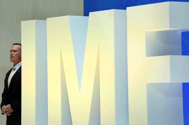 4月19日、国際通貨基金(IMF)は、各国の財政状況を分析した報告書を発表した。米国や欧州、中国における政治や経済の現実が、世界的な財政見通しに影を落としているとし、均衡の取れた税・財政政策を進めるよう各国に呼びかけた。写真のIMFロゴは米ワシントンの本部で撮影(2017年 ロイター/Yuri Gripas)