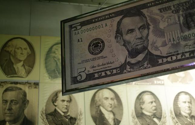 4月20日、正午のドル/円は、前日ニューヨーク市場午後5時時点に比べ、わずかにドル高/円安の108.91/93円だった。日経平均のじり高推移がドルの支援材料となったものの、109円台では戻り売りが出やすかった。写真はワシントンで2015年3月撮影(2017年 ロイター/Gary Cameron)