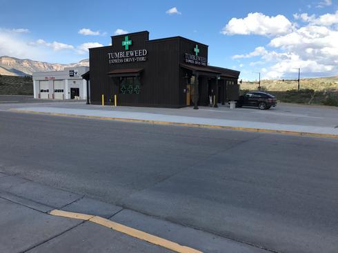 全米初のドライブスルー大麻販売店が開店、コロラド州