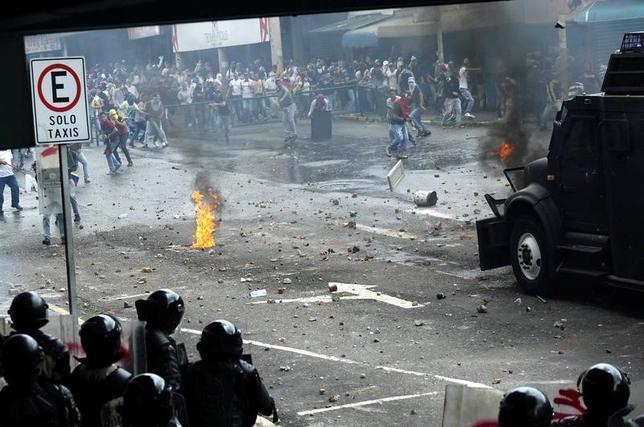 4月19日、ベネズエラで19日、マドゥロ大統領に抗議する反政府デモが行われ、学生2人が死亡した。首都カラカスや西部サン・クリストバルなどで軍部隊は催涙ガスを使用した。写真は反政府支持者と警察の衝突の様子。ベネズエラのサン・クリストバルで撮影(2017年 ロイター/Carlos Eduardo Ramirez)