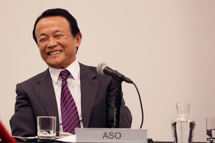 2017年4月19日,美国纽约,日本副首相麻生太郎在哥伦比亚大学商学院接受提问时笑逐颜开。REUTERS/Lucas Jackson