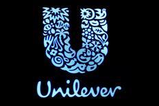 IMAGEN DE ARCHIVO: El logo de Unilever se puede ver en la Bolsa de Nueva York, Estados Unidos. 17 de febrero 2017. Las bolsas europeas subían el jueves mientras los sólidos resultados de Unilever impulsaban los valores vinculados con los artículos de primera necesidad, lo que ayudaba a compensar la debilidad del sector energético. REUTERS/Brendan McDermid/File Photo
