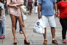 Compradores cargan bolsas en Londres, Inglaterra. 25 de agosto 2016. El índice de confianza del consumidor de la zona euro mejoró a -3,6 en abril, según cifras publicadas el jueves. REUTERS/Neil Hall - RTX2N1ME
