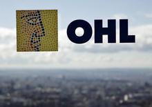 El logo de la constructora OHL en su casa matriz en Madrid, feb  25, 2016. Agentes registraban el jueves la sede central de la constructora OHL en Madrid y de la empresa tecnológica Indra en el marco de una operación anticorrupción relacionada con personas ligadas al Partido Popular, que encabeza el gobierno español.  REUTERS/Andrea Comas/File Photo