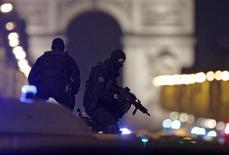 Policiais fazem segurança em Paris após tiroteio 20/4/2017      REUTERS/Christian Hartmann