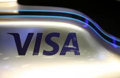 Un logo de Visa se ve en un auto de carreras de Fórmula E durante una conferencia de prensa para presentar la asociación entre el Grupo Enel y el Campeonato de Fórmula E de la FIA en el Museo Nacional MAXXI en Roma, Italia, 17 de mayo de 2016. REUTERS/Alessandro Bianchi