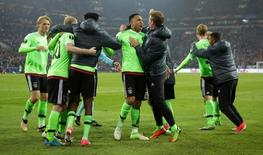 لاعبو اياكس يحتفلون بعد أن سجل نيك فيرجيفر هدفهم الأول في شباك شالكه اثناء لقاء الفريقين يوم الخميس - رويترز