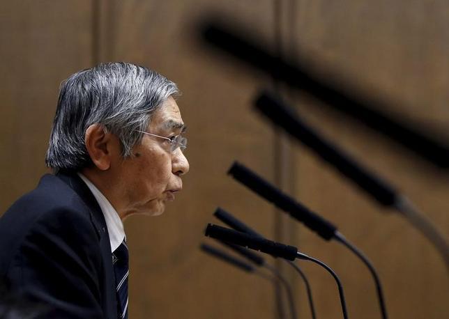 4月20日、黒田東彦日銀総裁は、ブルームバーグテレビとのインタビューで、日本経済は好調との認識を示すものの、北朝鮮巡る緊張の高まりなどの地政学リスクが世界経済成長の先行きを不透明にしていると指摘した。写真は昨年2月参院財務金融委員会で答弁する黒田日銀総裁(2017年 ロイター/Toru Hanai)
