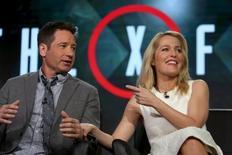 """Los actores David Duchovny y Gillian Anderson hablan durante una presentación de la cadena Fox en la gira de prensa de invierno de la Asociación de Críticos de Televisión, en Pasadena, California, Estados Unidos, el 15 de enero de 2016. La búsqueda de los agentes Mulder y Scully de la verdad continuará en una nueva temporada de la serie de ciencia ficción de Fox """"Los Expedientes X"""", dijo el jueves la cadena, un año después de que el programa fue renovado. REUTERS/David McNew - RTX22KS8"""