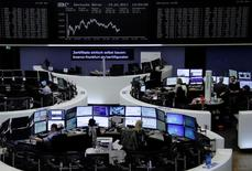 متعاملون ببورصة فرانكفورت يوم 19 ابريل نيسان 2017 -رويترز