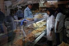 محل لبيع الحلوى في الرباط - ارشيف رويترز