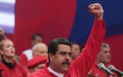 El presidente de Venezuela, Nicolás Maduro, gesticula a sus partidarios durante un acto en Caracas, Venezuela. Abril 19, 2017.  Maduro dijo el jueves que ha solicitado una investigación contra la empresa de telecomunicaciones Movistar, filial de la española Telefónica, por supuestamente enviar mensajes masivos de convocatoria a una marcha multitudinaria contra su Gobierno. Miraflores Palace/Handout via REUTERS ATENCIÓN EDITORES, ESTA FOTOGRAFÍA FUE ENTREGADA POR UN TERCERO, SÓLO PARA USO EDITORIAL