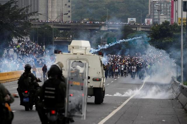 Police fire tear gas toward opposition supporters during clashes while rallying against Venezuela's President Nicolas Maduro in Caracas, Venezuela, April 20, 2017. REUTERS/Carlos Garcia Rawlins