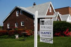 لافتة منزل للبيع على عقار في ولاية نيويورك الأمريكية - صورة من أرشيف رويترز.