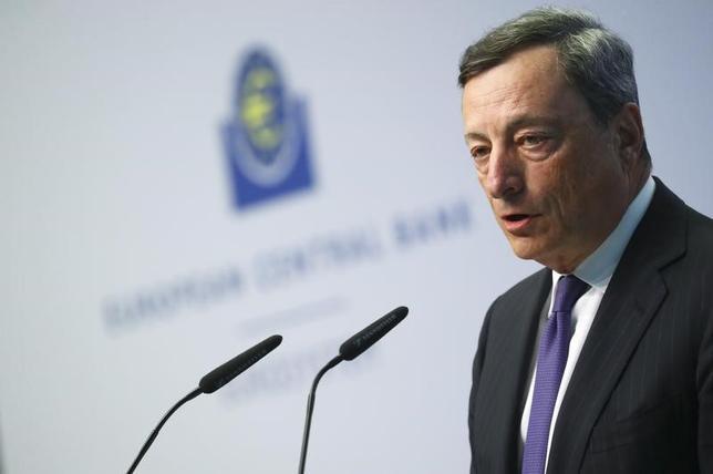 4月21日、ECBのドラギ総裁は、世界経済の成長と貿易は持ち直しの兆しが出ているが、ユーロ圏経済に対するリスクは依然下向きであり、「極めて大規模な」金融緩和がなお必要との見解を示した。4日撮影(2017年 ロイター/Kai Pfaffenbach)
