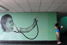 Una pintura del artista cubano, Maisel López, se ve en una pared interior de un hospital de La Habana, Cuba. 20 de abril 2017. Gigantescos retratos en blanco y negro de niños cubanos comenzaron a aparecer en las paredes de un vecindario suburbano de La Habana hace dos años: son la obra del artista Maisel López. REUTERS/Stringer