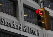 شعار ستاندرد آند بورز على مقرها في نيويورك - صورة من أرشيف رويترز.