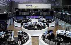 Operadores en sus puestos de trabajo en la bolsa alemana en Fráncfort, abr 21, 2017. El mercado bursátil de Francia tuvo un desempeño más débil que el de sus pares en Europa el viernes, ya que los inversores se abstuvieron de realizar apuestas riesgosas antes de una disputada primera ronda de las elecciones presidenciales en el país.  REUTERS/Staff/Remote
