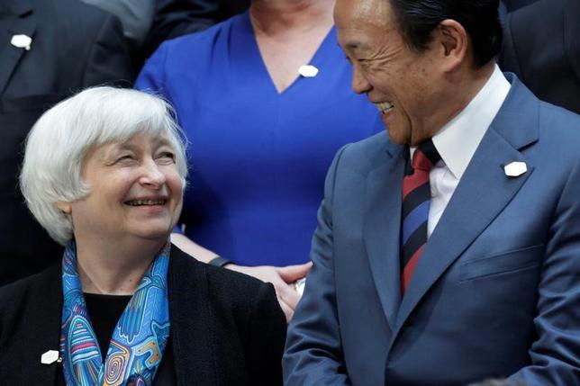 4月21日、G20財務相・中央銀行総裁会議がワシントンで開かれた。写真は談笑する米FRBのイエレン議長(左)と麻生太郎財務相。同日撮影(2017年 ロイター/Yuri Gripas)