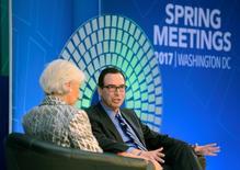 """El secretario del Tesoro de Estados Unidos, Stevne Mnuchin, y la directora general del FMI en un panel sobre economía en Washington. 22 de abril de 2017. El secretario del Tesoro estadounidense, Steven Mnuchin, pidió el sábado al Fondo Monetario Internacional (FMI) que mejore la vigilancia de los tipos de cambio de sus miembros, ya que los grandes desequilibrios comerciales dificultarían un comercio """"libre y justo"""". REUTERS/Mike Theiler"""