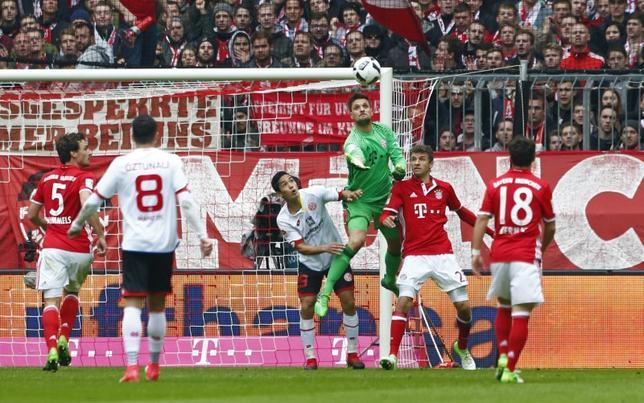 4月22日、サッカーのドイツ1部、ブンデスリーガ、武藤嘉紀(左から3人目)が所属するマインツは首位バイエルン・ミュンヘンと2─2で引き分けた(2017年 ロイター)