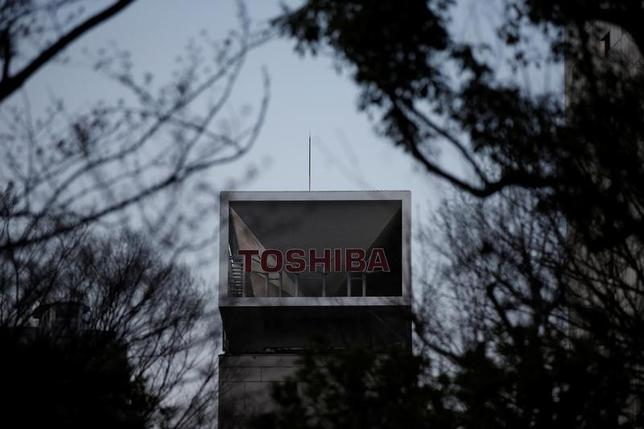 4月24日、東芝は、社会インフラ部門など4つの社内カンパニーと原子力事業統括部を分社化すると発表した。写真は同社のロゴ。都内で3月撮影(2017年 ロイター/Issei Kato)
