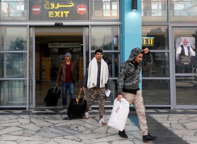 4月23日、独紙パッサウアー・ノイエ・プレッセは、アフガニスタン出身者の難民申請について、1─2月にドイツが承認したのは48%弱にとどまったと報じた。写真は難民申請を却下され、ドイツからアフガニスタンに帰国した人々。昨年12月カブールの空港で撮影(2017年 ロイター/Omar Sobhani)