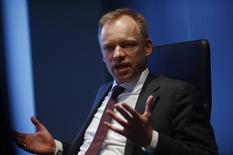 El jefe del Ifo, Clemens Fuest, habla con Reuters en Francfórt, Alemania. 10 de febrero 2014. La confianza de las empresas alemanas mejoró más de lo esperado en abril y tocó su máximo nivel en casi seis años, mostró una encuesta publicada el lunes, lo que sugiere que los ejecutivos de las compañías son más optimistas sobre el estado actual de la economía más grande de Europa.  REUTERS/Ralph Orlowski (GERMANY - Tags: BUSINESS) - RTX18KQ4