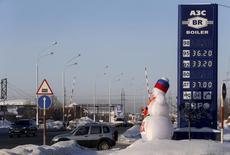 Una gasolinera en la ciudad siberiana de Kogalym, Rusia, ene 25, 2016. La producción petrolera de Rusia podría alcanzar su tasa más alta en 30 años si la OPEP y exportadores fuera del grupo no extienden un pacto de reducción al bombeo más allá del 30 de junio, según funcionarios rusos y detalles de planes de inversión divulgados por firmas petroleras.  REUTERS/Sergei Karpukhin