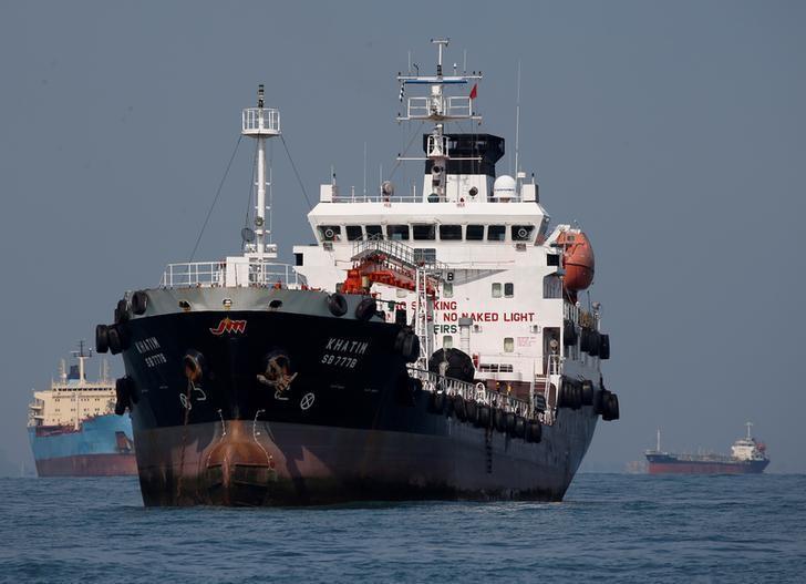资料图片:2016年6月,驶经新加坡南部海域的多艘油轮。REUTERS/Edgar Su