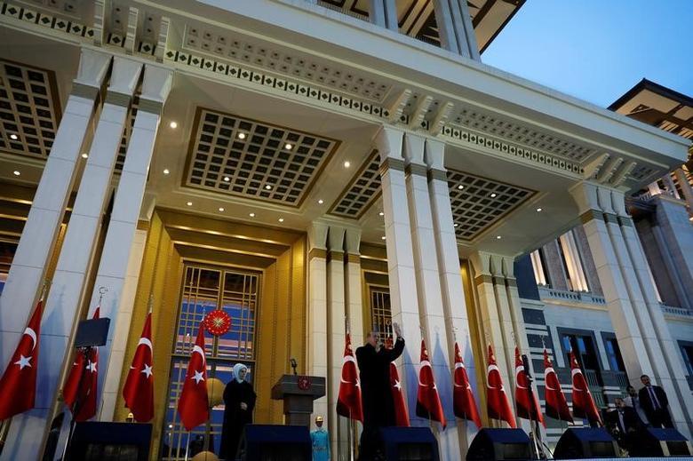Turkish President Tayyip Erdogan addresses his supporters at the Presidential Palace in Ankara, Turkey, April 17, 2017. REUTERS/Umit Bektas/Files
