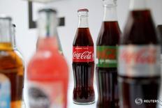 Imagen de varias botellas de Coca-Cola durante una conferencia de prensa en París. 20 abr 2017. Las ventas globales de bebidas carbonatadas bajaron 1 por ciento en el primer trimestre finalizado el 31 de marzo. Las ganancias netas atribuibles a los accionistas de Coca-Cola bajaron a 1.180 millones de dólares, o 27 centavos de dólar por acción, y se comparan con una utilidad de 1.480 millones de dólares, o 34 centavos de dólar por papel, reportados un año atrás. REUTERS/Benoit Tessier - RTS133BT