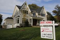 Una vivienda nueva a la venta en Viena, EEUU, oct 20, 2014.  Las ventas de casas nuevas unifamiliares en Estados Unidos subieron en marzo a un máximo de ocho meses, lo que destaca la fortaleza subyacente en la economía pese a una aparente desaceleración del crecimiento en el primer trimestre.       REUTERS/Larry Downing/File Photo