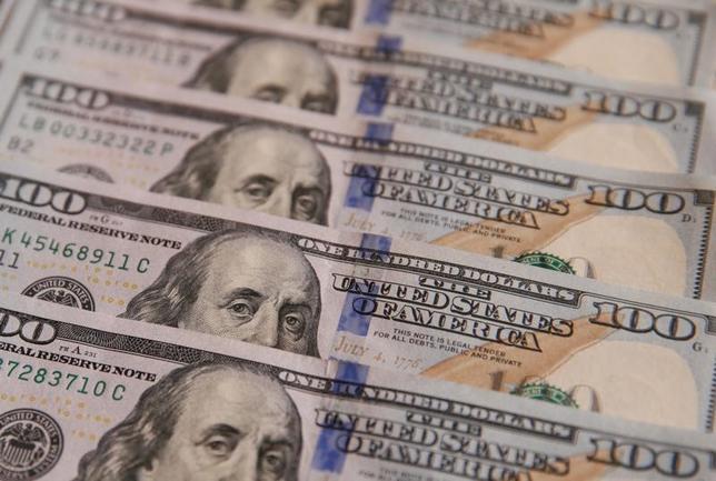 4月25日、ニューヨーク外為市場では、ドルが半月ぶりに111円台に上昇した一方、ユーロはドルに対して5カ月半ぶりの高値を付けた。写真はドル紙幣、昨年10月撮影(2017年 ロイター/Valentyn Ogirenko)