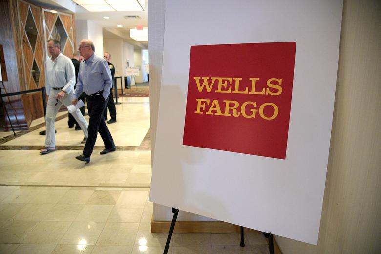 Attendees walk to the Wells Fargo annual shareholder meeting in Jacksonville, Florida, U.S., April 25, 2017.  REUTERS/Phelan Ebenhack