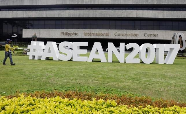 4月26日、東南アジア諸国連合(ASEAN)首脳会議が29日に発表する議長声明は、南シナ海問題で従来よりも中国への批判を抑えた内容になる見通し。写真は25日撮影(2017年 ロイター/Erik De Castro)