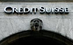 Credit Suisse recaudará unos 4.000 millones de francos suizos (4.000 millones de dólares) a través de una ampliación de capital de suscripción preferente y aparcó sus planes para sacar a bolsa una participación minoritaria de su filial bancaria suiza. Imagen del logo del banco suizo Credit Suisse enfrente de una oficina en Zúrich, Suiza, el 4 de abril de 2017. REUTERS/Arnd Wiegmann